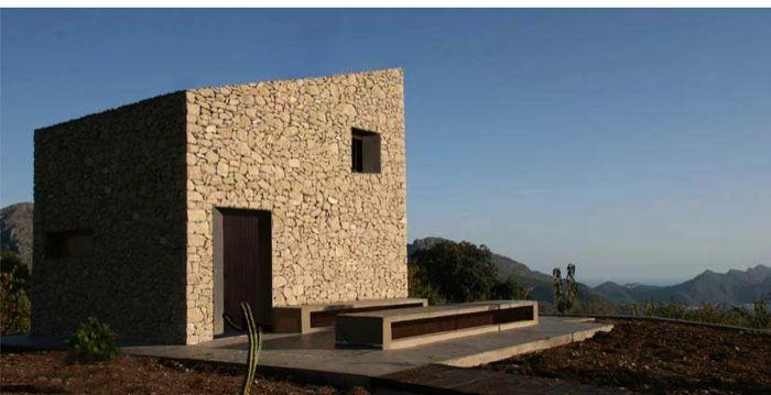 Refugio Fleix: de piedra, madera, y acero.. Refugio en el levante español, construido con materiales locales. A pesar de tener unos muros de piedra, su interior es liso y claro. Forjados de madera y vigas de acero.      #Arquitectura
