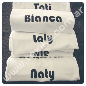 Estampado de nombres sobre remeras de algodón. Técnica: Vinilo Termotransferible.
