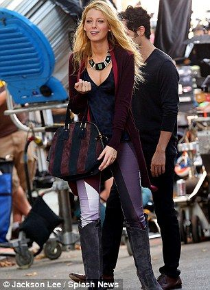 blake lively, Serena Van Der Woodsen, holding Burberry Orchard Bowler Bag on set for gossip girl fall 2012