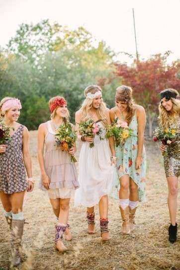 bf51f0c53 Bodas estilo hippie  Fotos looks de invitadas - Invitadas boda hippie   novia y…
