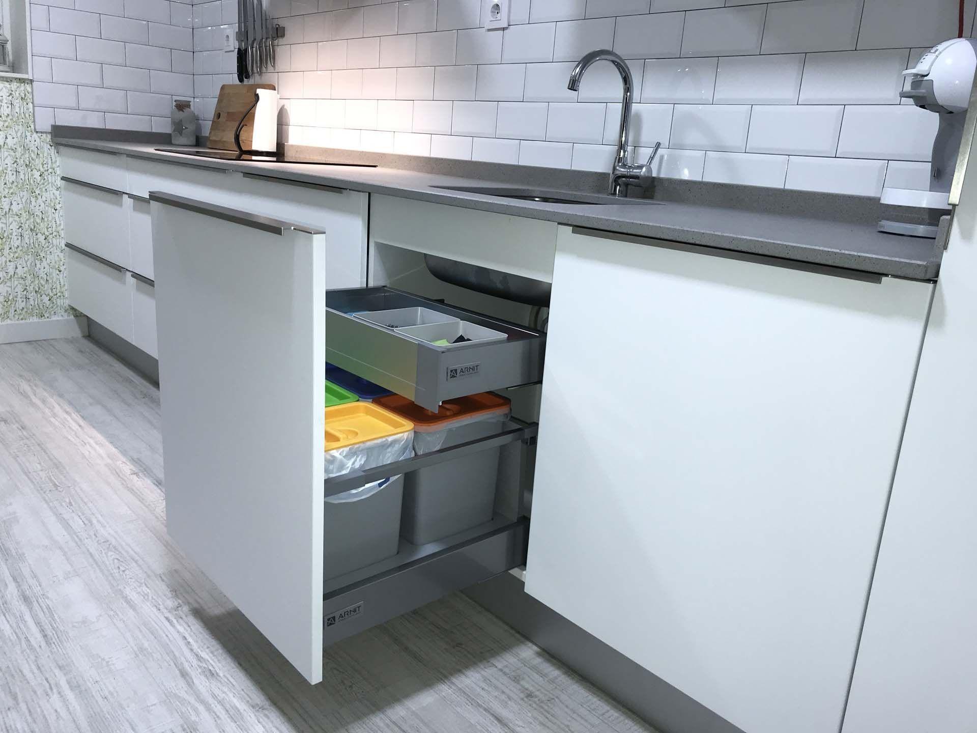 COCINA DE DISEÑO BLANCO MATE El equipamiento de esta cocina es ...