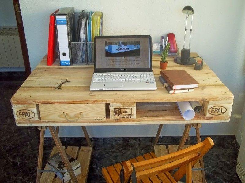 Bureau fabriqu partir dune palette et 2 trteaux de table