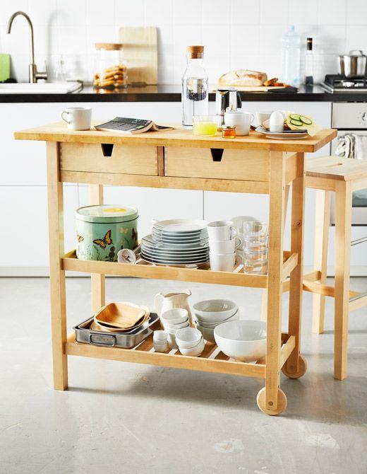 Una islita de cocina de madera con alimentos para desayunar y piezas ...