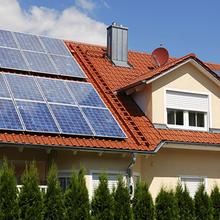 Photovoltaik auf Einfamilienhaus Gebäude sanierung
