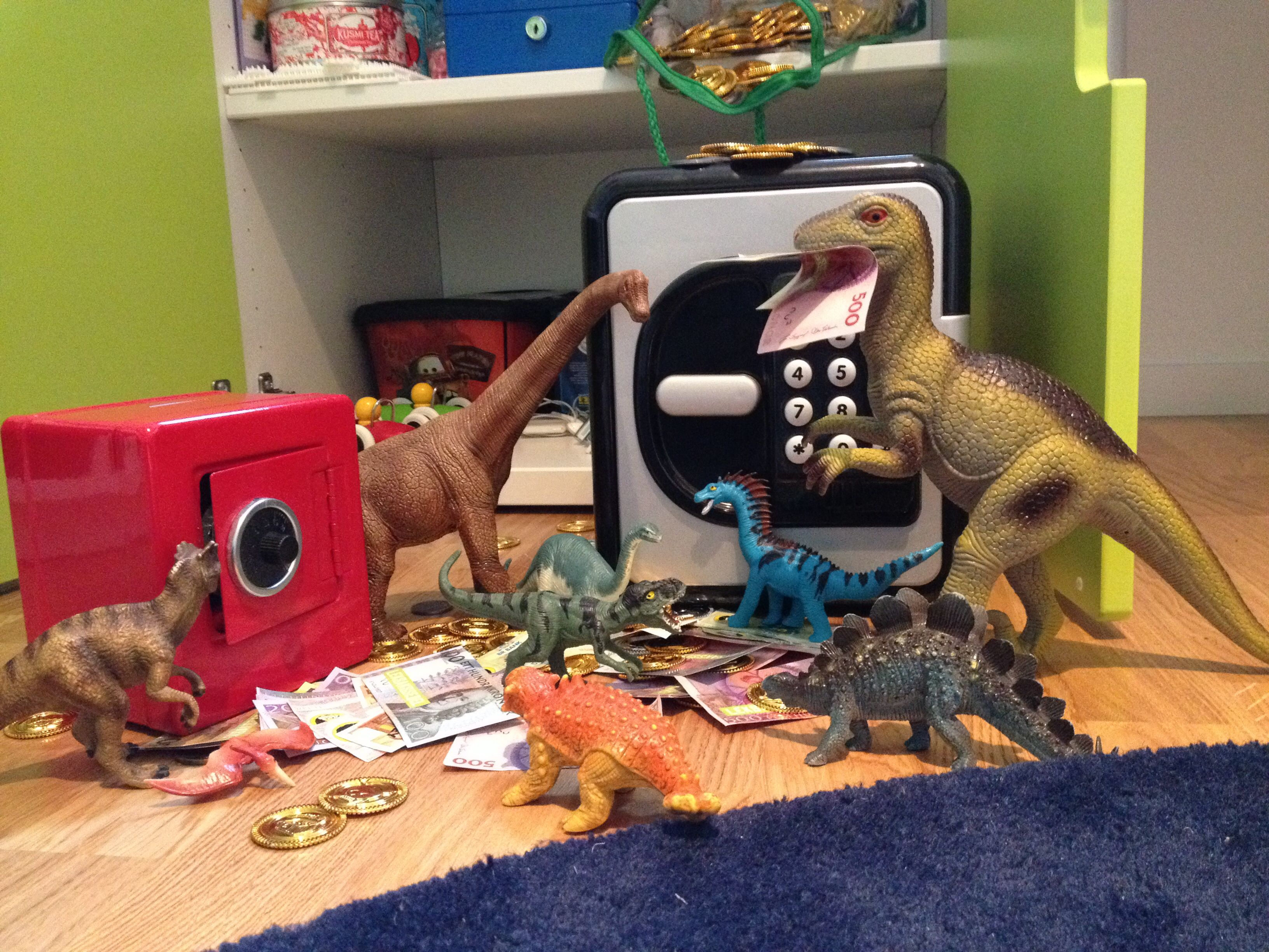 The smart raptors are robbing Jakob. #dinovember