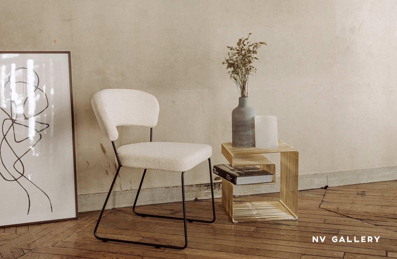 Apportez une touche rétro-chic à votre intérieur avec notre chaise GORDON et notre table d'appoint VEGA. Tissus bouclette, lignes graphiques et laiton, le look parfait pour apporter sophistication et touche vintage à votre déco. Ces pièces design s'adapteront parfaitement à un décor type loft, industriel-chic ou encore dans une déco plus classique. #deco #decoration #interiordesign #style50s #deco50s #interieurretro #interieurvintage #vintageinterior #tendancedeco #home #homedecor