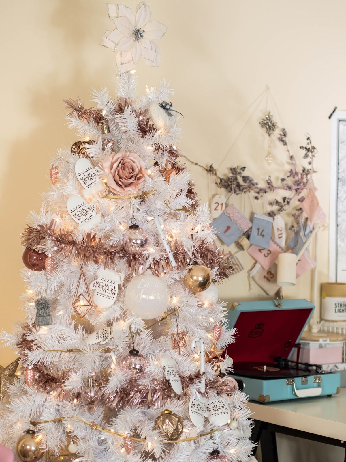 white christmas tree with rose gold and pink decorations - White Christmas Tree With Gold Decorations
