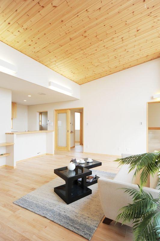 I S House 二世帯の子世帯のldk 杉の羽目板張りの勾配天井のおかげで床面積以上に広く感じます 羽目板 羽目板張り リビングダイニング キッチン