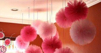 Aprende como hacer hermosos pompones de tul, mismos que te servirán para decorar habitaciones o salones para fiestas. Los materiales a nece...