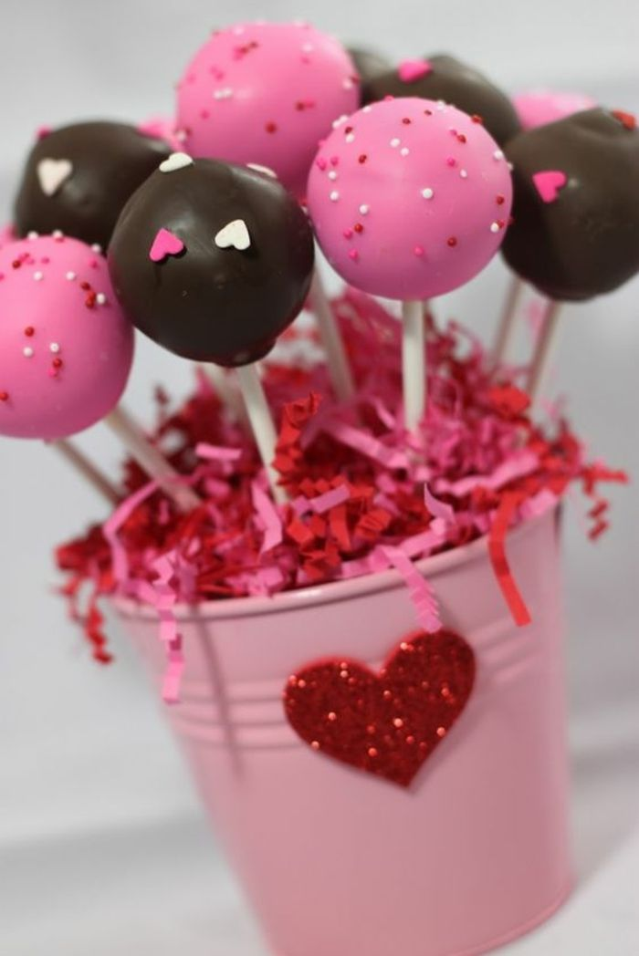 kleiner rosa eimer mit cake pops dekoriert mit herzen und zuckerperlen cake pops pinterest. Black Bedroom Furniture Sets. Home Design Ideas