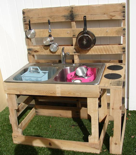Diy Outdoor Kitchen Designs: Mud Kitchen With Sink Made From Recycled Pallets