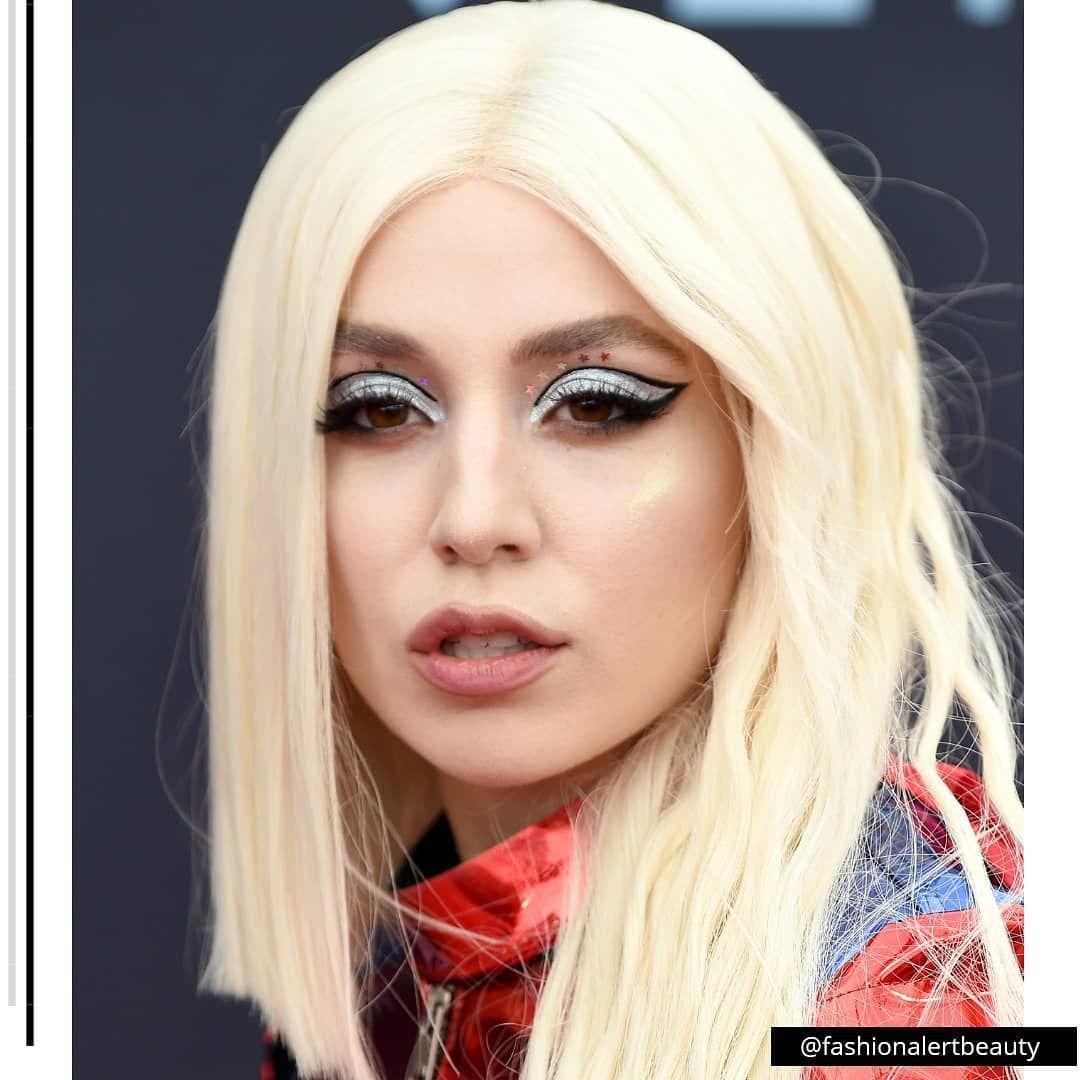 Close Na Make De Ava Max No Vmas Cool Hairstyles Beauty Makeup Looks