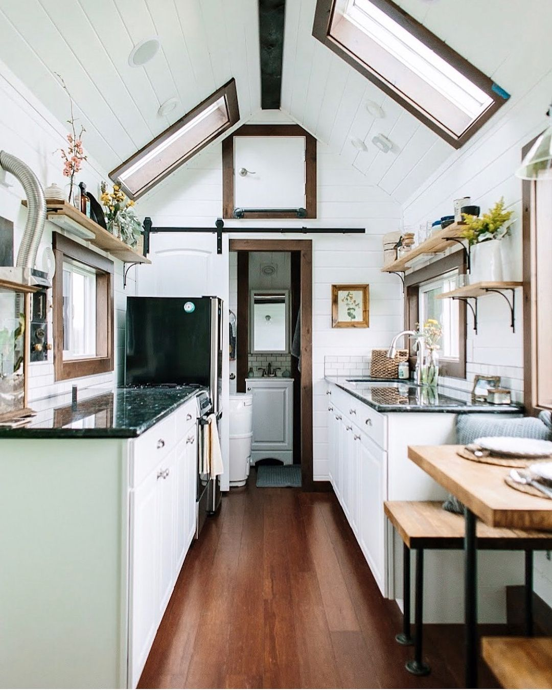 Une maison-conteneur écologique fabriquée en France   Cuisines de maison minuscules, Cuisine ...