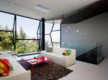 bnficiant dune grande luminosit apporte par de larges baies vitres un salon peint - Salon Design Sol Gris