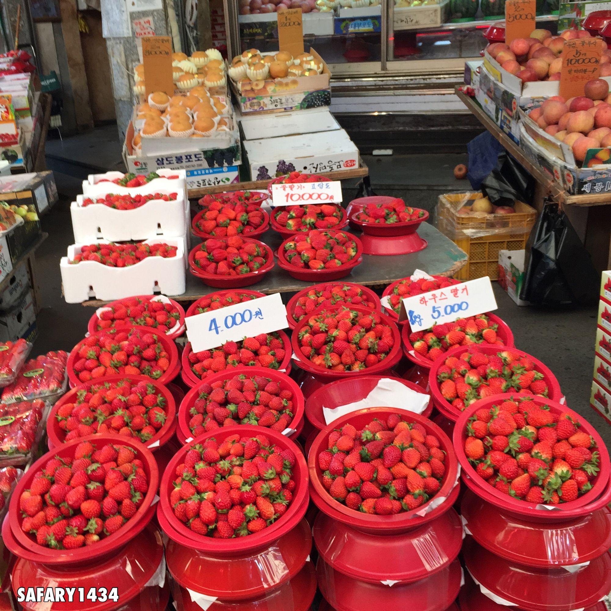 الفقير أصدق العشاق لأنه لا يوجد ما يقدمه من الإغراءات سوى قلبه مساء الفرولة تصويري لاحلى فرولة ذقنها في حياتي في سوق شعبي في Food Fruit Vegetables