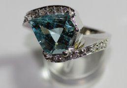 Αquamarine Fancy Cut with round diamonds - White Gold K18