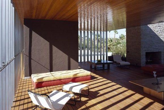 Binnenpatio: overdekte open ruimte. Integratie met de omgeving zorgt voor een warme,  luchtige sfeer.