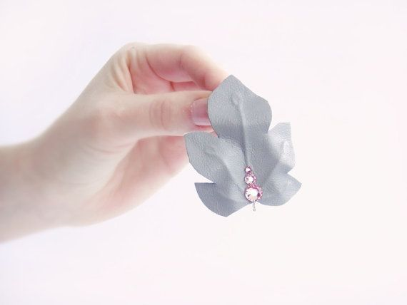 Leaf bobby pin Vintage grey leather Pink Swarovski par Joliejye, €10,00