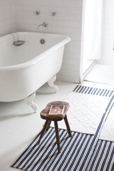 Tout en blanc, cette salle de bains accueille une réedition de