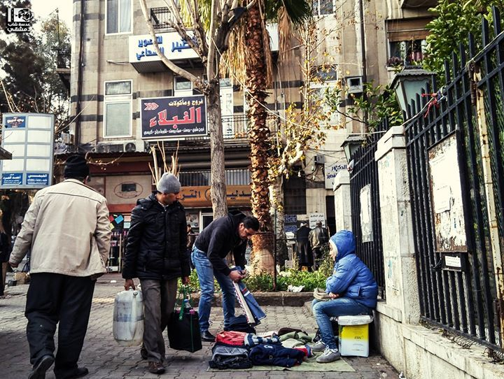 عوضا عن الجلوس في مقاعد الدراسة واللعب مع الأصدقاء يجلس أطفال دمشق على الأرصفة كي يساعدوا عائلاتهم ما رسالتك لهذا الطفل الجسر الأب Photo Scenes Street View