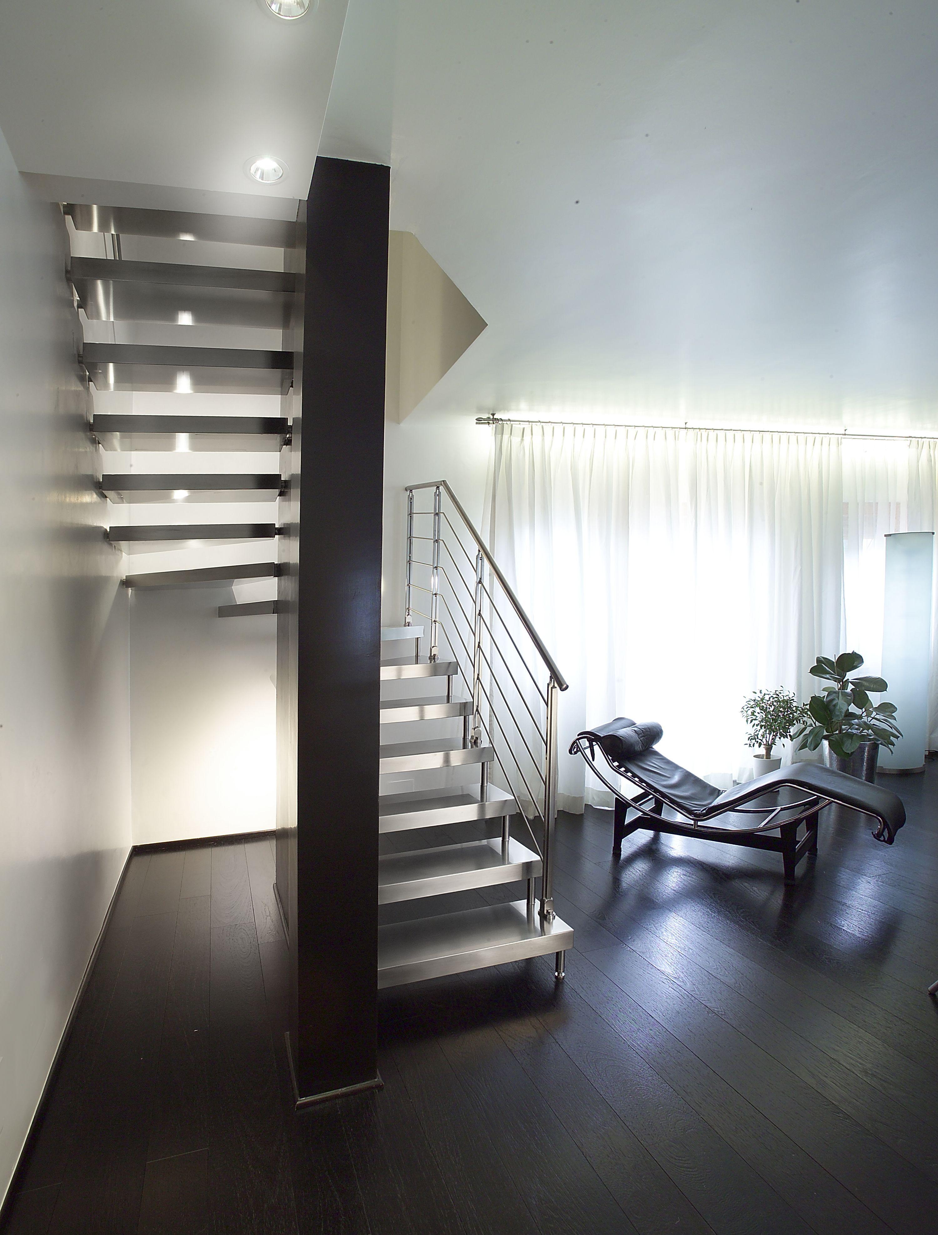 escalier suspendu demi tournant marches en bois structure en acier d couvrez les. Black Bedroom Furniture Sets. Home Design Ideas