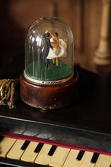 踊るデュオ ドーム上オルゴール dancing couple music box 半世紀過ぎた現在でも底面のぜんまいを回すとムーブメント動き 音楽に合わせて華麗なスウィングステップを刻む男女ペア 1865年創業精密機械の国スイスのリュージュ 社は今も高級オルゴール製作会社として息を
