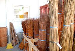 Marjamäen Pajutilaa ympäröivillä pelloilla kasvaa ekologisesti viljeltynä 14 pajulajiketta punonta- ja aitapajuksi. Pajua viljellään neljän hehtaarin alueella, mikä tuottaa vuositasolla noin 80 000 kg raakapajua.