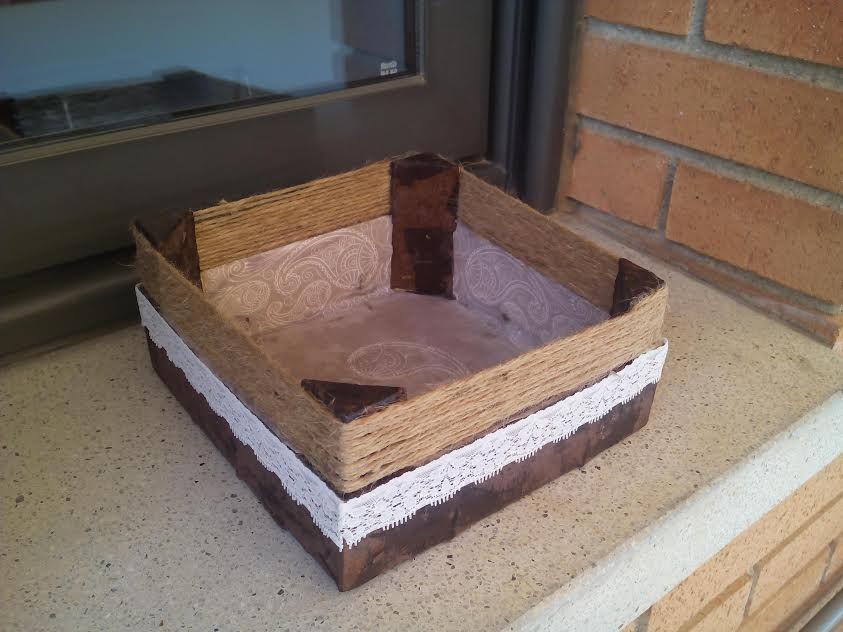 #cositasderosita cesta de fresas decorada con servilletas, blondas y cuerda convertida en una cesta para los cepillos del baño