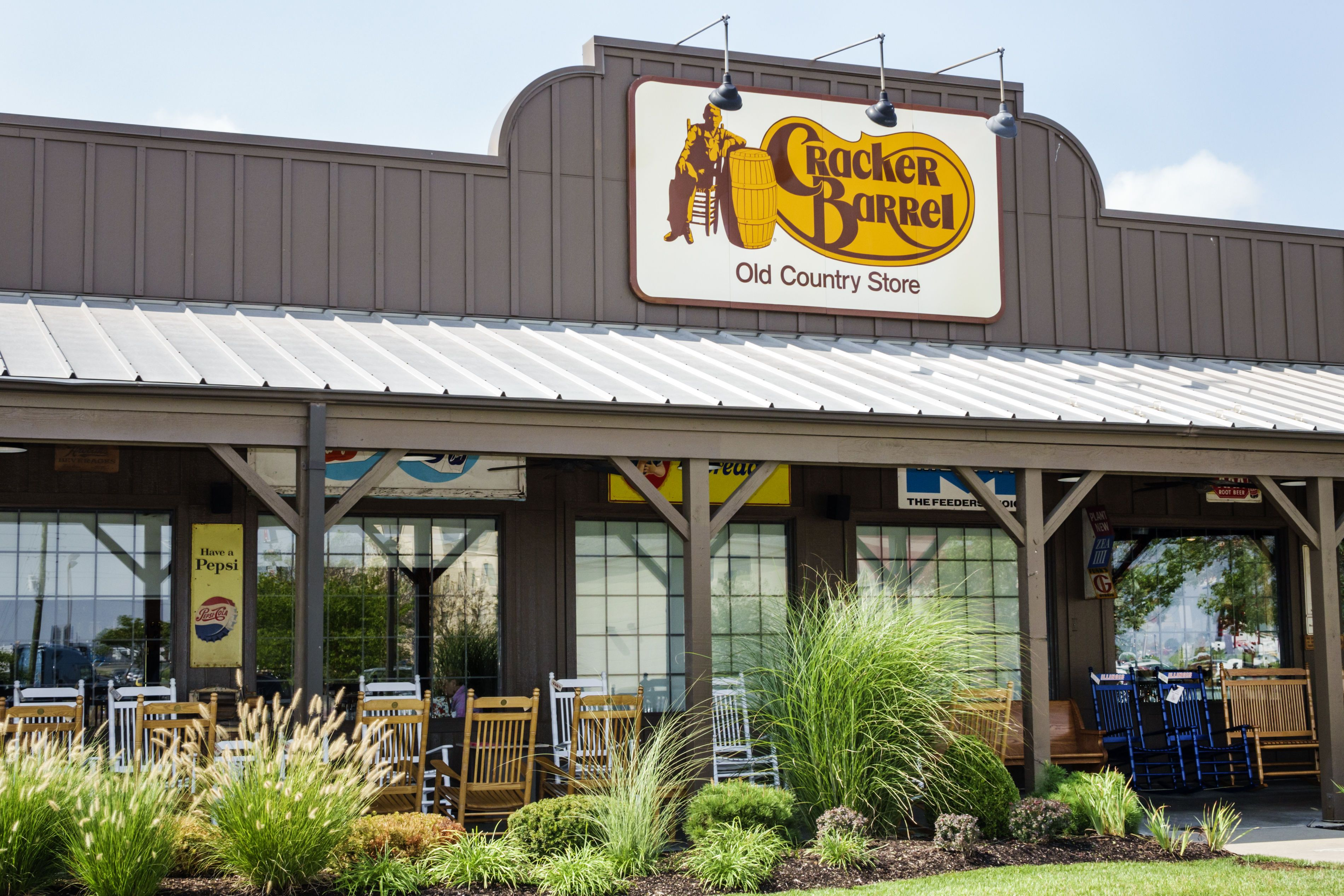 Watch This Country Music Power Couple Had Their First Date At Cracker Barrel Open On Christmas Cracker Barrel Restaurant Thanksgiving Day 2019