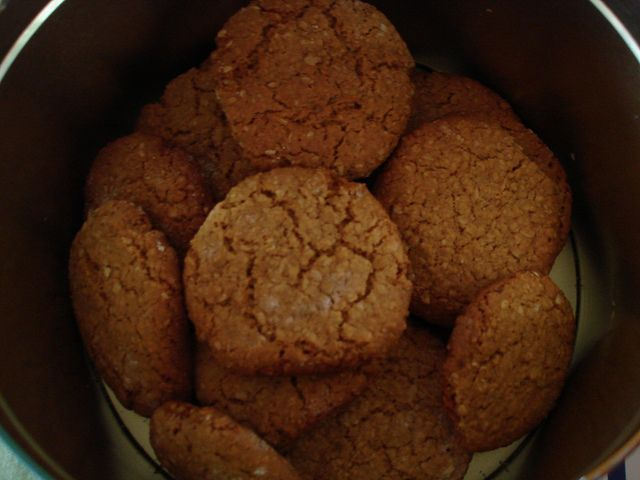 Biscoito de aveia e mel by garotadpi, via Flickr
