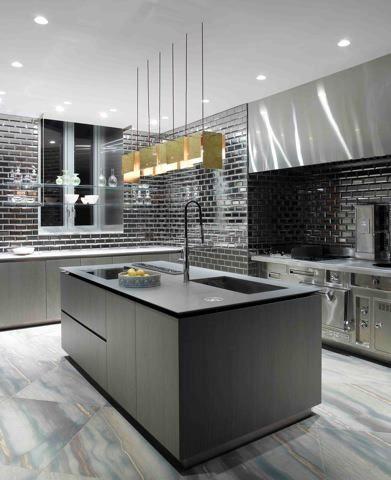 Cocina color oscuro, led techo, suelo marmol, paredes en ceramica ...
