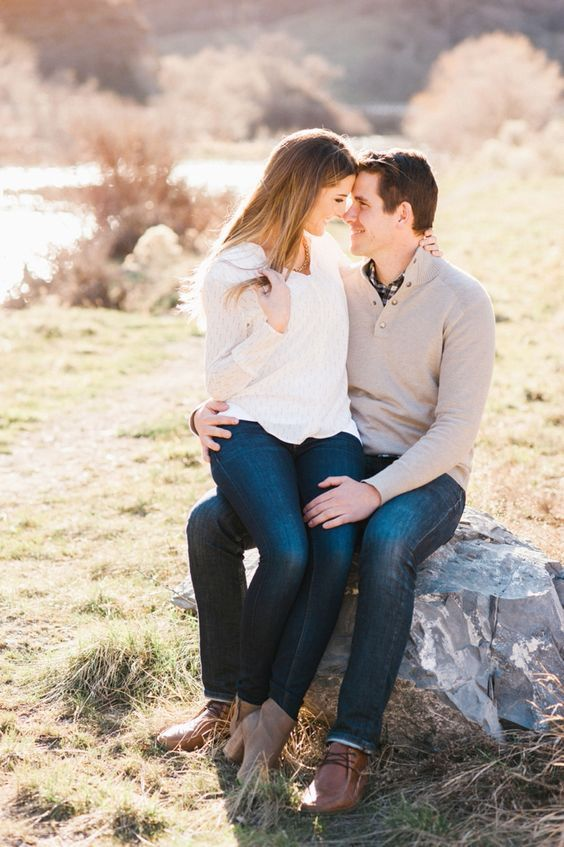 12 Cozy And Sweet Fall Engagement Photo Shoot Ideas: Jeans, sweaters and brown shoes will be a cool fit for both