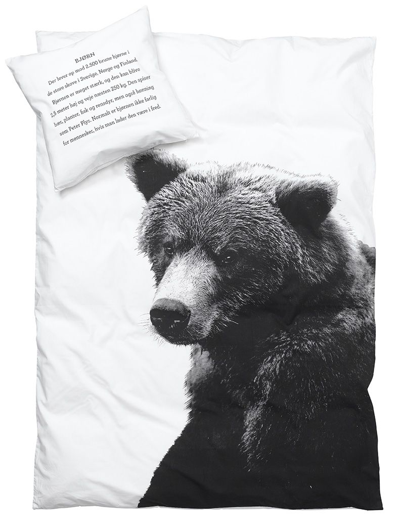 Be inspired for your bedroom - sleep soundly in the renowned, original bed linen from By Nord. Duvet Cover in Eco-Tex certified 100% cotton with digital b/w print of a Bear. Pillowcase has reversible text in English and Danish. Both bedlinen and pillowcase are available in different sizes.