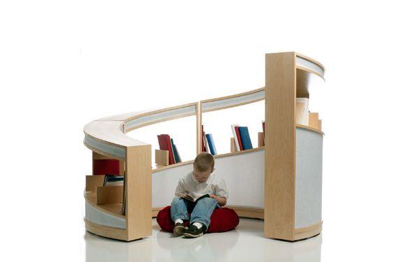 Un estante que forma un rincón de lectura