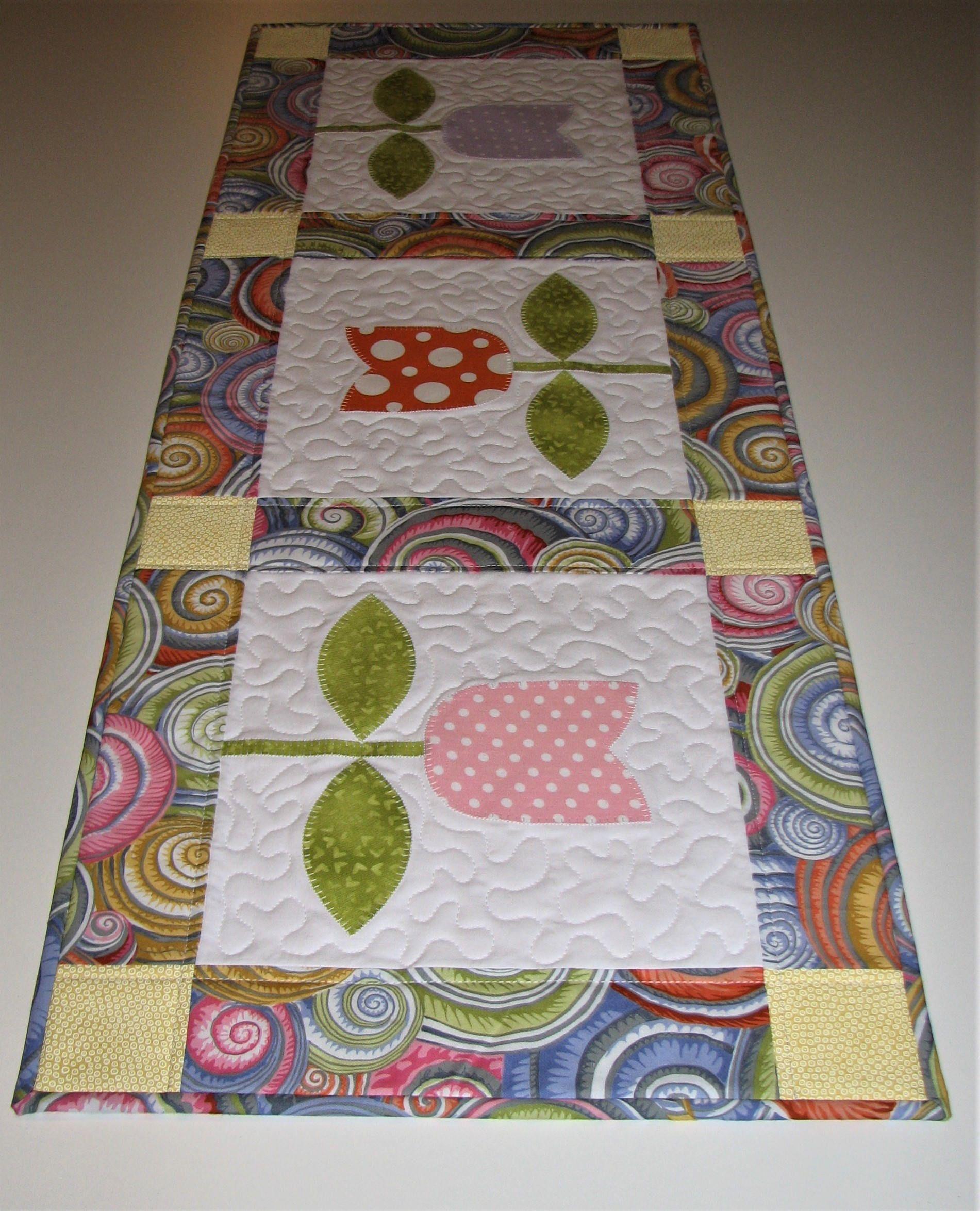spring quilted table runner appliqued tulip table runner. Black Bedroom Furniture Sets. Home Design Ideas
