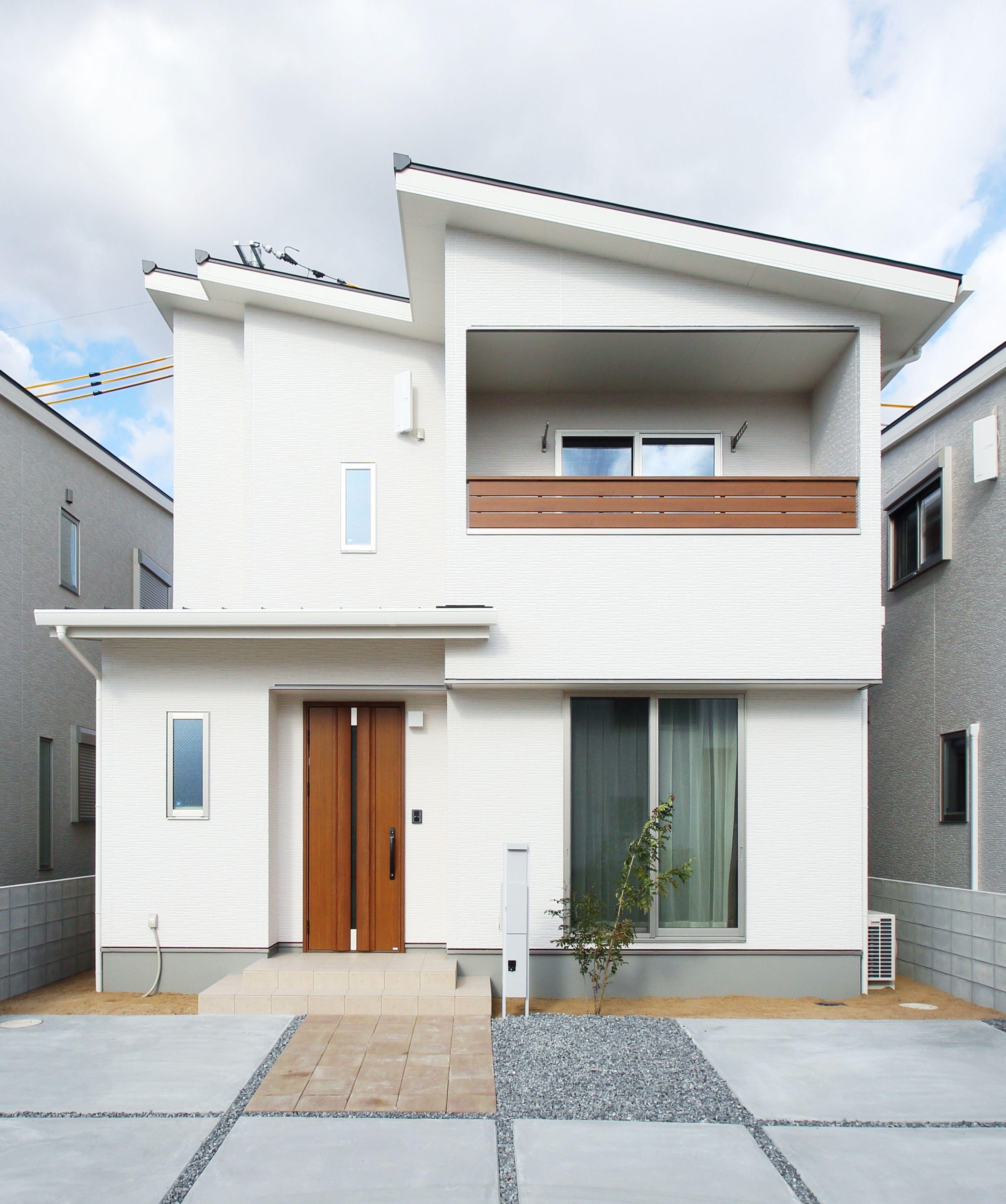 外壁や軒天などホワイトで統一して 玄関ドアとベランダのチークで
