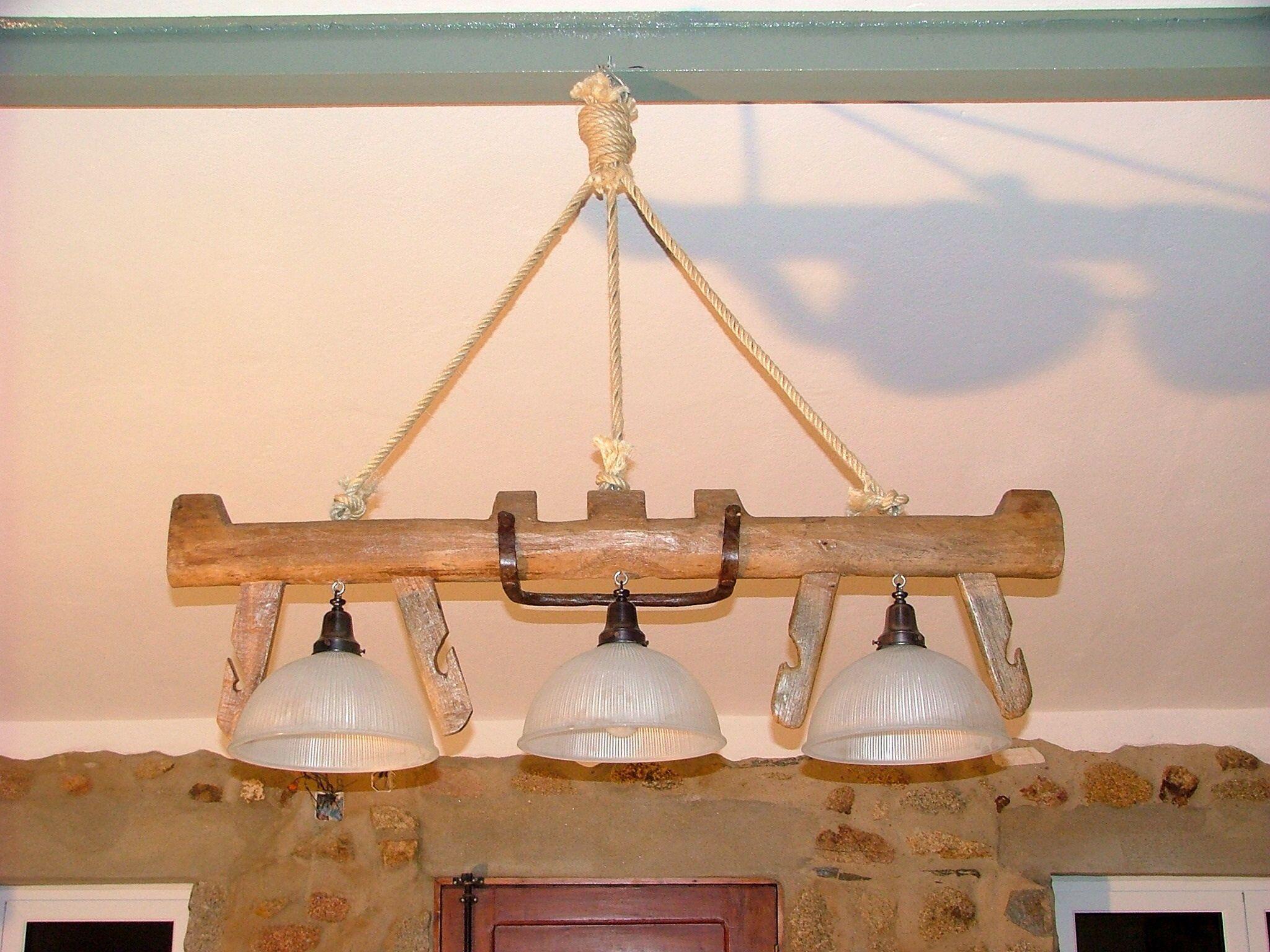 Candeeiro rústico feito com uma Canga de Boi antiga e campânulas do Ikea.