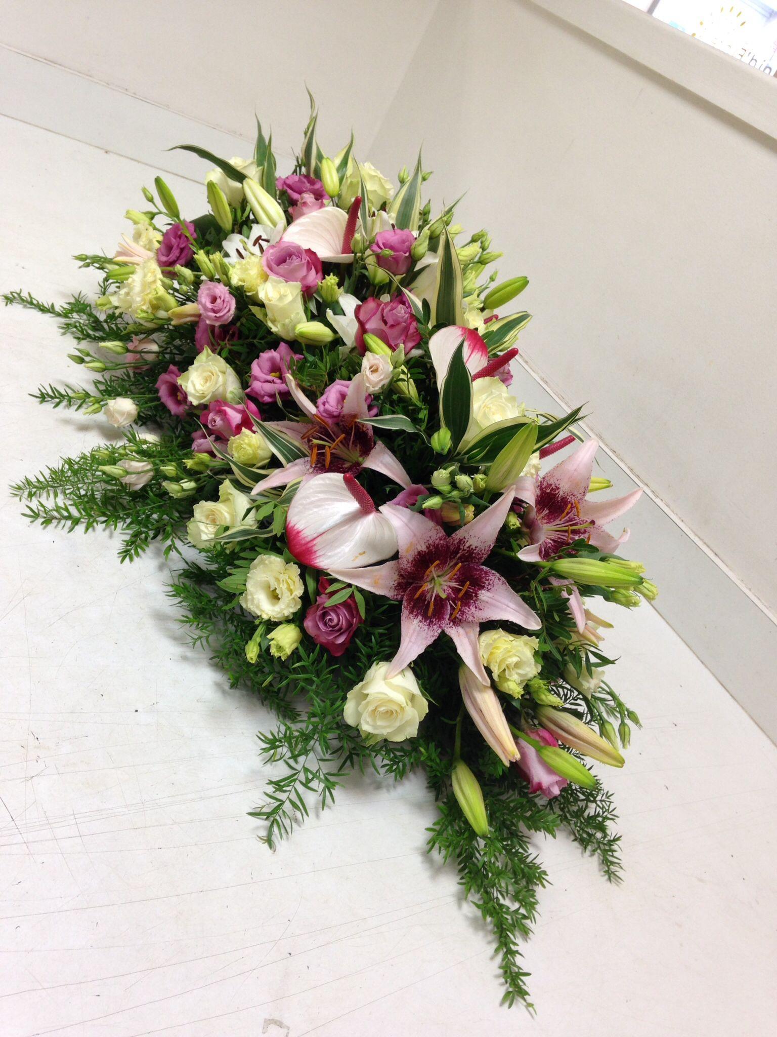 Gerbe piquée : roses Athena, roses Équateur, lisianthus, lys, anthurium, asparagus, dracaena, lentisque