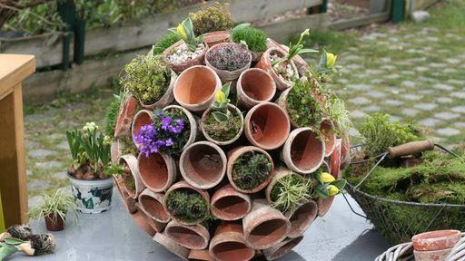 topfgarten befestige ganz viele tont pfe auf einer mit kies gef llten styroporkugel pflanzen. Black Bedroom Furniture Sets. Home Design Ideas