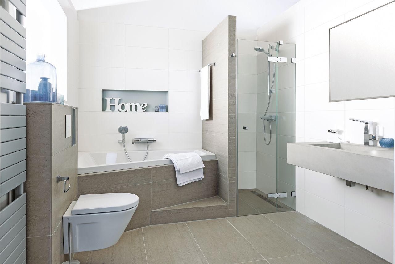 In deze badkamer voelt u zich al snel thuis. aardetinten en strakke