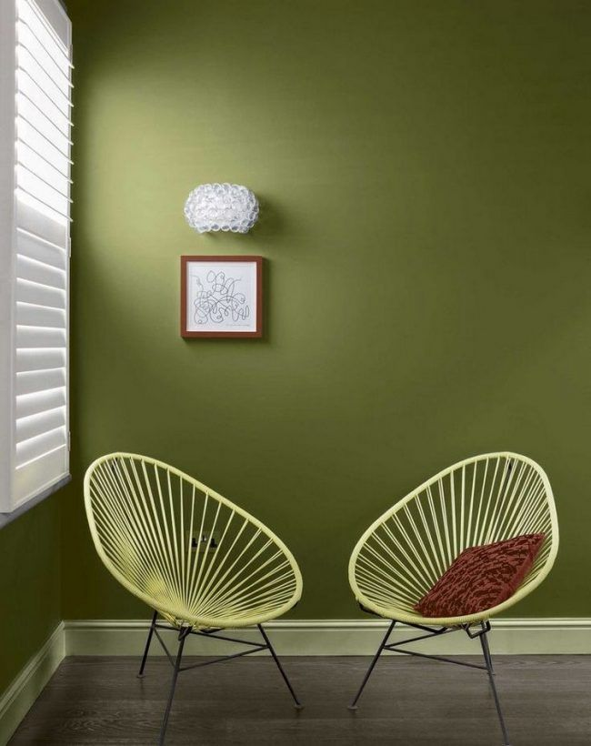 gr n als wandfarbe ideen olivgruen wohnzimmer pastellgelbe stuehle metall wohnung pinterest. Black Bedroom Furniture Sets. Home Design Ideas