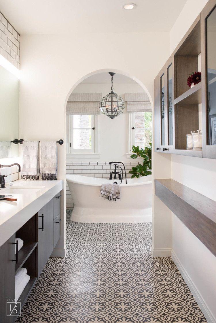 Zwart-witte klassieke badkamer. Leuk patroon als tegels ...