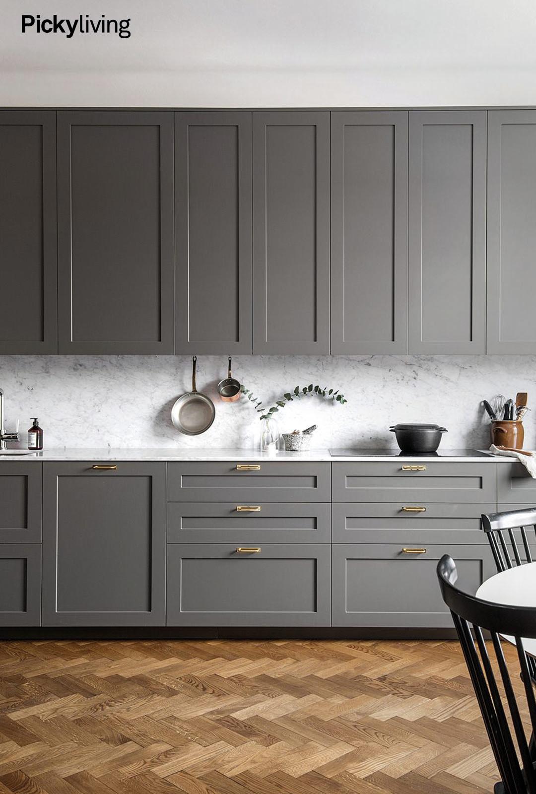 härlig kombo. fiskbensparkett marmor mässing och grått kök. syns