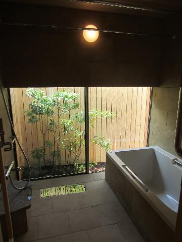 横内事務所のメモランダム 浴室 モダン 住宅のエクステリアデザイン
