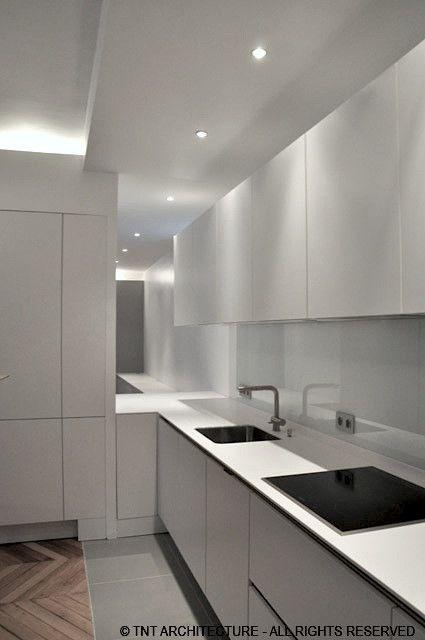 cuisine gorge lumineuse faux plafond moulures plan de travail corian cr dence verre laqu spots. Black Bedroom Furniture Sets. Home Design Ideas