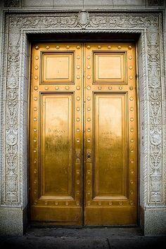 Une porte en or. Visitez le site DiamantsetCarats pour des bijoux en or jaune.