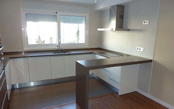 13-cocina-blanca-brillo-enL-encimera-marron.jpg (560×350) | Proyecto ...