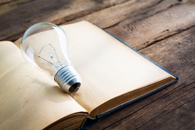 Abra o livro com uma lâmpada Foto gratuita