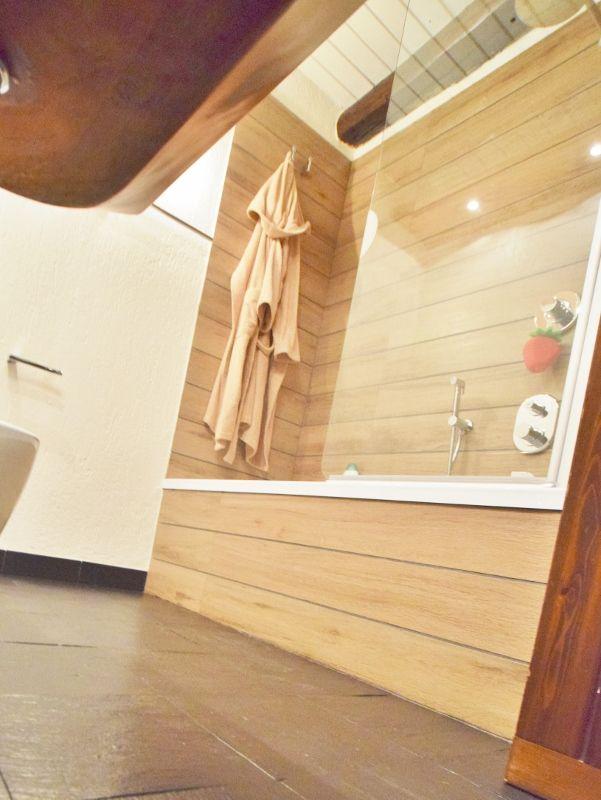 Bagno di montagna con rivestimento doccia vasca con doghe - Bagno in ardesia ...