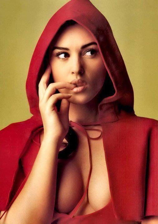 Si hubiera que nombrar a una mujer sinonimo de belleza universal e intemporal: Monica Belucci.